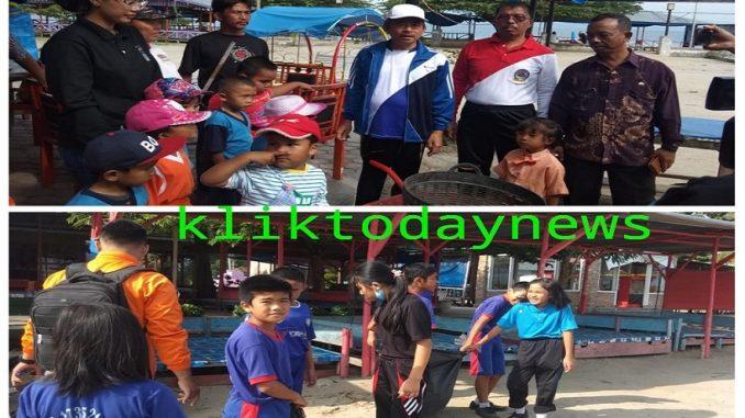 dilakukan bersama masyarakat, pegawai dari Dinas Lingkungan Hidup dan beberapa pejabat di lingkungan Pemerintah Kabupaten Tobasa Samosir,anak didik dari PAUD Rahel dan Anak sekolah SDN 5 Balige.