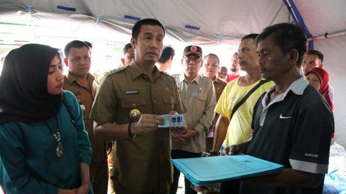 Walikota Siantar Serahkan KK, KTP, dan Akta Lahir kepada Korban Kebakaran di Jalan Tanah Jawa