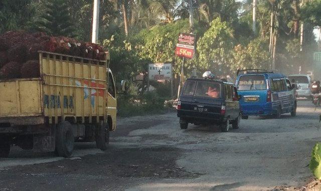 Beberapa titik jalan lintas Siantar-Perdangangan rusak parah sehinnga sering memakan korban