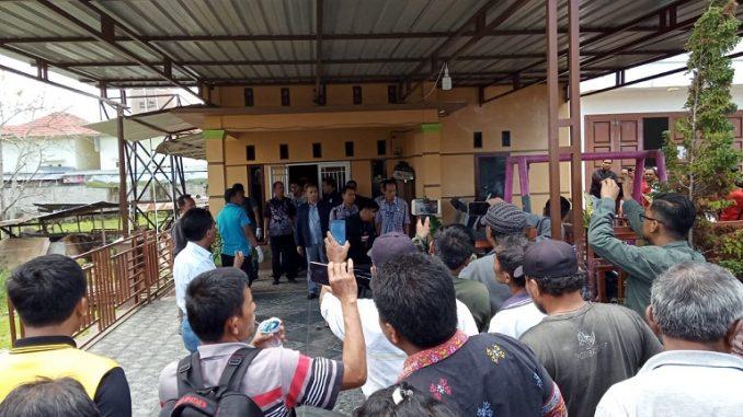 Warga yang memadati lokasi penggrebekan rumah terduga Bandar Narkoba, 21/2/2020