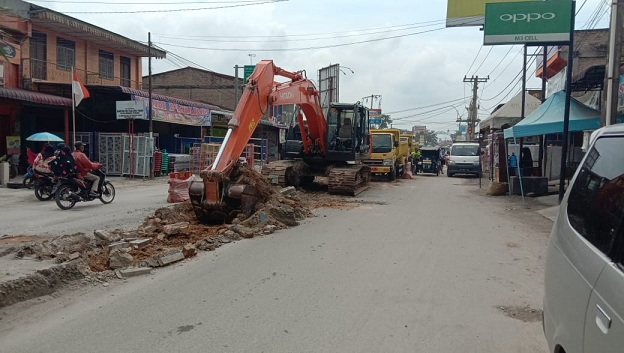Material median jalan di Jl merdeka yang menghubungkan Simpang empat menuju ujung bom, ini sudah selesai di ratakan oleh dinas pekerjaan umum (PUPR) batu bara untuk pelebaran.(Foto Staf07/KTN)
