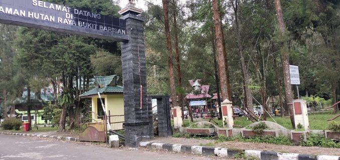 Lobang di Trotoar Taman Hutan Raya (TAHURA) Ancam Keselamatan Pejalan Kaki