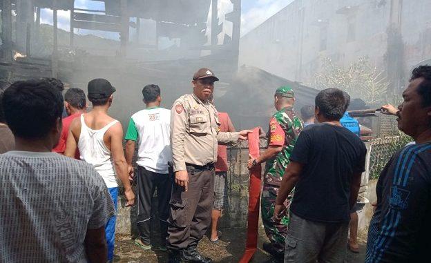 kebakaran menghanguskan satu (1) unit rumah yang di huni dua keluarga terjadi di jalan Patuan Anggi Kelurahan Pasar Sarulla Kecamatan Pahae Jae Tapanuli Utara, Sabtu (22/2/2020) sekira pukul 15.00 Wib.
