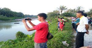 Masyarakat sekitar masih mencari Tiara yang hilang di Aliran Sungai Tanjung Dusun Cempaka, Desa Tanah Merah, Kecamatan Air Putih, Batu Bara
