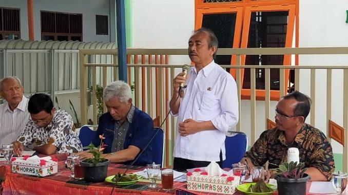 pengelola Bank Sampah Induk Indah Asri Serasi (IAS) mensosialisasikan pengolahan limbah sampah plastik di halaman Gedung Daur Ulang di Onan Raja Balige pada hari Jumat (06/03/2020).
