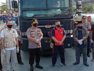 Kapolres Batu Bara AKBP H. Ikhwan Lubis, SH, MH memimpin langsung pembagian masker gratis kepada warga sekitar