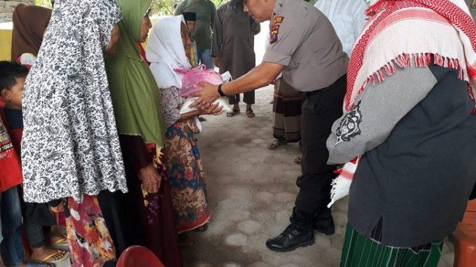 Polres Serdang Bedagai memberikan bantuan tali asih kepada anak yatim, dan orang Jumpo bertempat di Mesjid Nur Hakim, Dusun IV, Desa Jambur Pulau, Kecamatan Sei Rampah, Kabupaten Serdang Bedagai (sergai),Jumat (06/03/2020)