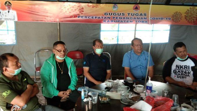 Ketua Gugus Percepatan Penanganan Covid-19 Kabupaten Toba, dr.Pontas Batubara didampingi Kepala Dinas Kesehatan Toba, dr.Juliwan Hutapea kepada wartawan di Posko Balige, Minggu (29/3/2020).