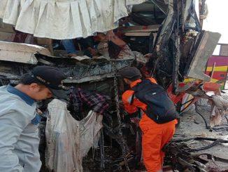 Bus Penumpang Po. Medan Jaya, bernopol BK 7305 LD Ringsek setelah menabrak truck Colt Diesel
