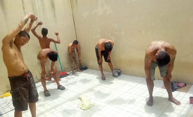37 Orang tahanan dilaksanakan kegiatan penjemuran tahanan secara bergantian.