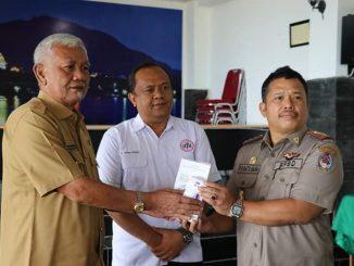rumah Dinas Bupati Toba, Balige, (30/03/2020) oleh Deputi Sosial Kapital Head PT. TPL Jandres H. Silalahi kepada Bupati Toba Darwin Siagian