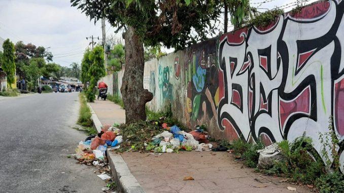 Sampah dibuang di trotoar Lokasi Jalan Dali Tani, Kelurahan Tomuan, Pematangsiantar