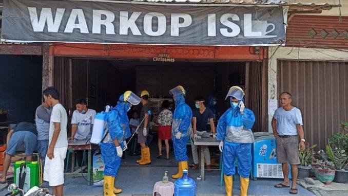 Komunitas Anak Porsea Satu (APS) melakukan penyemprotan desinfektan di beberapa fasilitas umum, Kamis (02/04/2020)