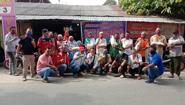 Wartawan Sayap Kiri Merasa Terpanggil Untuk Memberikan Bantuan Berbagi Sembako Beras Kepada Warga Kurang Mampu, Jumat, 17/4/2020.
