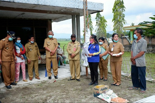 Bupati Toba Darwin Siagian memberikan bantuan secara langsung kepada masyarakat yang terkena dampak bencana hujan es dan angin puting beliung