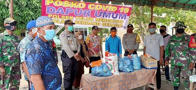 Polres Serdang bedagai membagikan total 465 nasi bungkus kepada masyarakat terdampak penyebaran virus Corona (Covid-19) di wilayah hukum Polres Serdang Bedagai, Kamis (16/04/2020)