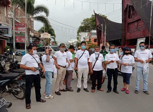 LSM dan Jurnalis Toba juga telah melakukan pembagian masker gratis di Balige