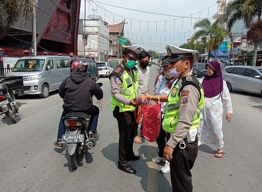 Polsek Balige bersama personel Lalu lintas membagikan Masker gratis yang di pelopori oleh KMDT ( Komite Masyarakat Danau Toba ), Selasa (16/4/2020) sekitar pukul 10.00 wib