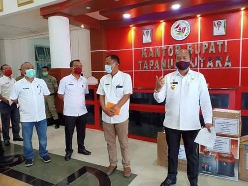 Bupati Tapanuli Utara Drs. Nikson Nababan, M.Si di dampingi Kadis Kesehatan gelar konferensi pers untuk menjawab informasi yang beredar adanya pasien dari Taput positif Covid-19, Rabu (08/03/2020).