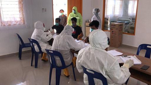 Aparat gabungan mengamankan 77 orang tenaga kerja Indonesia (TKI) ilegal yang baru pulang dari Malaysia di Pantai Sejarah, Kecamatan Lima Puluh Pesisir, Batu Bara, Senin (20/04/2020)