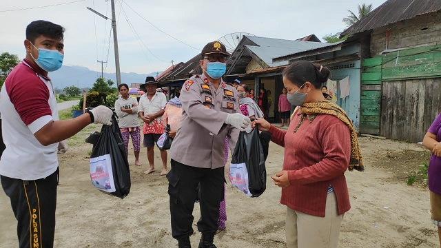 Wakapolres Toba Kompol J Panjaitan SH,MH memberikan bantuan sembako kepada masyarakat