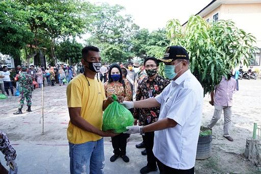 Ir. H. Umar Zunaidi Hasibuan, MM meninjau langsung pembagian sembako gratis
