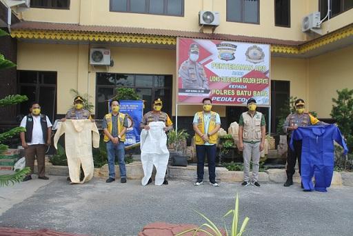 Kapolres Batu Bara AKBP Ikhwan Lubis menerima bantuan Alat Pelindung Diri (APD) dan sembako yang diberikan Yayasan Lion Club Goldent Estate Medan, Sabtu 2/5/2020 di Mapolres, Lima puluh.