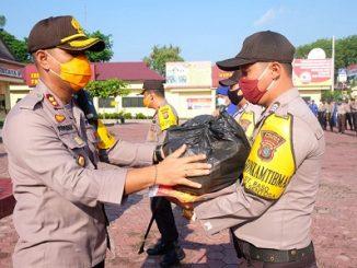 Kapolres Tanjungbalai AKBP Putu Yudha Prawira. S,I,K. MH, Menyaluran paket sembako kepada masyrakat , Jumat (15/05/2020)