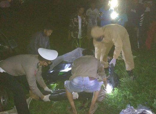 Foto : Petugas kepolisian mengevakuasi jenazah korban laka lantas