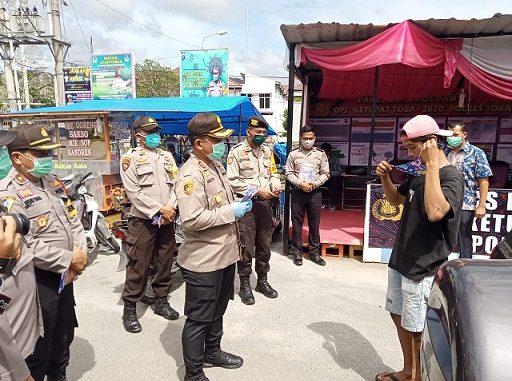 Kapolres Tobasa AKBP Agus Waluyo S.I.K bersama seluruh jajarannya Polres dan Polsek, Jumat (08/05/2020) sekira pukul 09.00 WIB waktu pagi hari, membagikan 150 masker