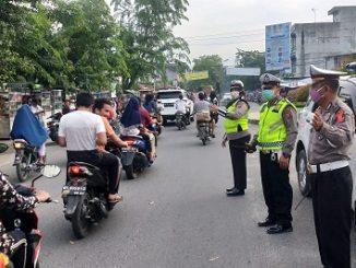 Sabtu (16/05/2020), Jam 16.30 sampai 18.30 Wib, Personil Lantas menjaga arus lalulintas, hindari kemacetan yang terjadi jalang buka puasa.