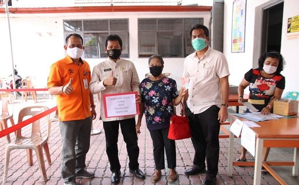 Pemerintah Kota (Pemko) Pematangsiantar melalui Pj Sekretaris Daerah (Sekda) Kusdianto SH melakukan monitoring pembagian BST tahap I di Kantor PT Pos Indonesia, Jalan Sutomo Ujung, Jumat (8/5/2020).