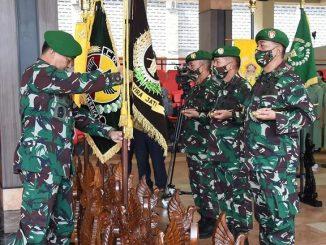 Kepala Staf Angkatan Darat (Kasad) Jenderal TNI Andika Perkasa memimpin Serah Terima Jabatan (Sertijab) sembilan jabatan Pangkotama dan Kabalakpus TNI AD, sekaligus menerima laporan korps kenaikan pangkat 56 orang Perwira Tinggi (Pati) TNI AD, Kamis (25/6/2020).