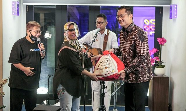 851 paket Sembako Bantuan Presiden kepada para pekerja seni Indonesia yang terdampak pandemi Covid-19 melalui Yayasan Hati Indonesia – yang dikelola Andre Hehanusa.