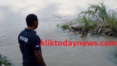 Sesosok mayat pria di taksir berusia 48 tahun ditemukan warga tersangkut di tepi aliran sungai Bah Bolon dekat Blok IX C Afdeling III PTPN IV