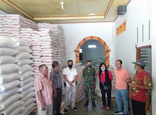 Rapidin Simbolon selaku Bupati Samosir memonitoring persiapan penyaluran bantuan sosial GTPP COVID-19 Provinsi Sumatera Utara di Kecamatan Pangururan pada Minggu (28/6)