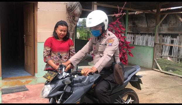 Aiptu Manahan didampingi istrinya Dewi br Manurung