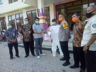 Dalam rangka Hari Bhayangkara ke 74, Polres Sumbawa Barat melakukan bakti sosial membagikan bantuan sembako dari Polda NTB dan masker kepada pondok pesantren (Ponpes).