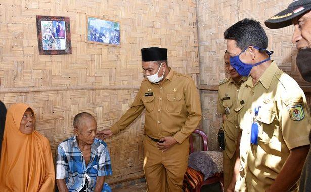 Wakil Bupati Serdang Bedagai H. Darma Wijaya SE. Turun langsung dan memberikan bantuan kepada tiga Warga Korban Puting Beliung di Desa Pulau Gambar Kecamatan Serba Jadi, Kabupaten Serdang Bedagai Senin (15/6/2020).