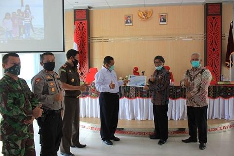 Bupati Samosir, selaku Ketua Gugus Percepatan Penanganan COVID-19 Kabupaten Samosir, Rapidin Simbolon menerima piagam penghargaan dari Gubernur Sumatera Utara di Aula Kantor Bupati, Kamis (18/6/2020).