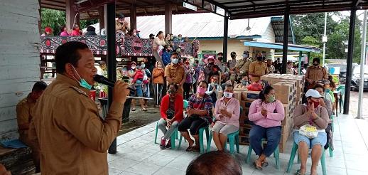 Bupati Samosir Rapidin Simbolon menyalurkan bantuan sosial berjumlah 996 paket natura dari Kemenparekraf bagi para pelaku usaha wisata di Samosir pada Selasa 07 juli 2020.