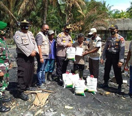 Komunitas Sedekah Jumat (KSJ) di Bawah Binaan Kapolres AKBP Ikhwan Lubis SH MH Membantu Korban Kebakaran Keluarga Pasutri, Muktamar (67) dan Hajiba (54)