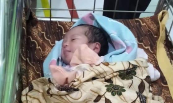Rencananya bayi yang memiliki berat 2,6 kilogram dan panjang sekitar 45 cm itu, akan diadopsi oleh salah satu warga Kampung Pakuan Ratu.