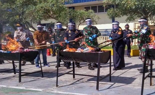 memusnahkan barang milik Negara (BMN) hasil penindakan, Rabu (15/7/2020) di halaman kantor BC Sumut, Belawan.
