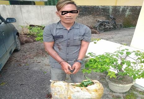 Dedi (35) pelaku bersama barang bukti satu karung berondolan sawit ke Pos Satpam PT. Socfindo untuk selanjutnya di bawa ke Polsek Dolok Masihul