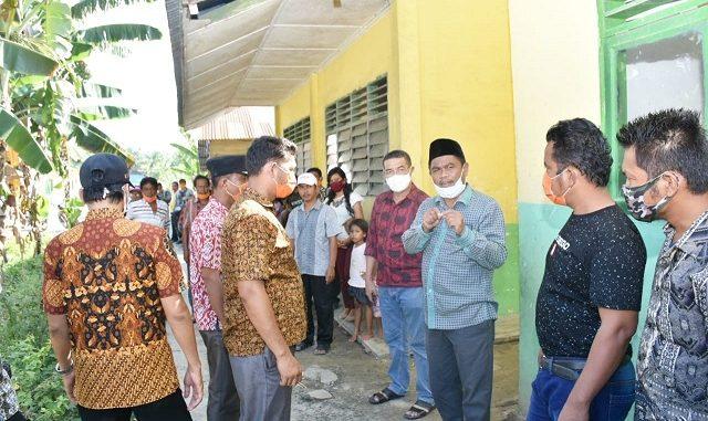 Wakil Bupati Serdang Bedagai (Wabup Sergai) H Darma Wijaya, SE serahkan Kartu Tani kepada 70 orang Petani Desa Pematang Terang Kecamatan Tanjung Beringin, Kamis (30/07/2020) pukul 14:30 WIB.