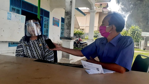 ket foto:Kadis Kesehatan Karo drg Irna Sabrina Sembiring Meliala yang dikonfirmasi wartawan di posko Gugus Tugas Percepatan Penangangan Covid-19 Kabupaten Karo .foto terkelinbukit