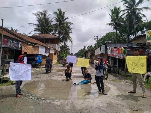 sekelompok warga yang tergabung dalam aksi kekuarga mahasiswa dan pemuda Perlanaan, Kecamatan Bandar, Kabupaten Simalungun, Sumatera Utara.