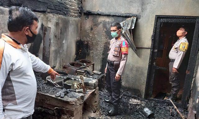 RUMAH milik Pak Kusen (70) di Simpang Raya Nagori Simpang Raya Kecamatan Panei Kabupaten Simalungun Provinsi Sumatera Utara, nyaris musnah di lahap api, Jumat (31/07/2020) sekira pukul 04.30 WIB