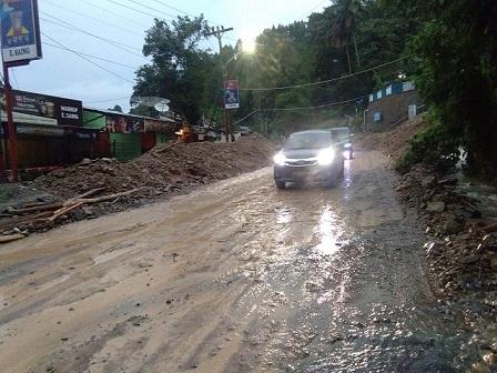 Jalanan licin 2 kilometer sebelum memasuki gerbang kota Parapat Sabtu (11/07/2020) sekira pukul 19.30 WIB